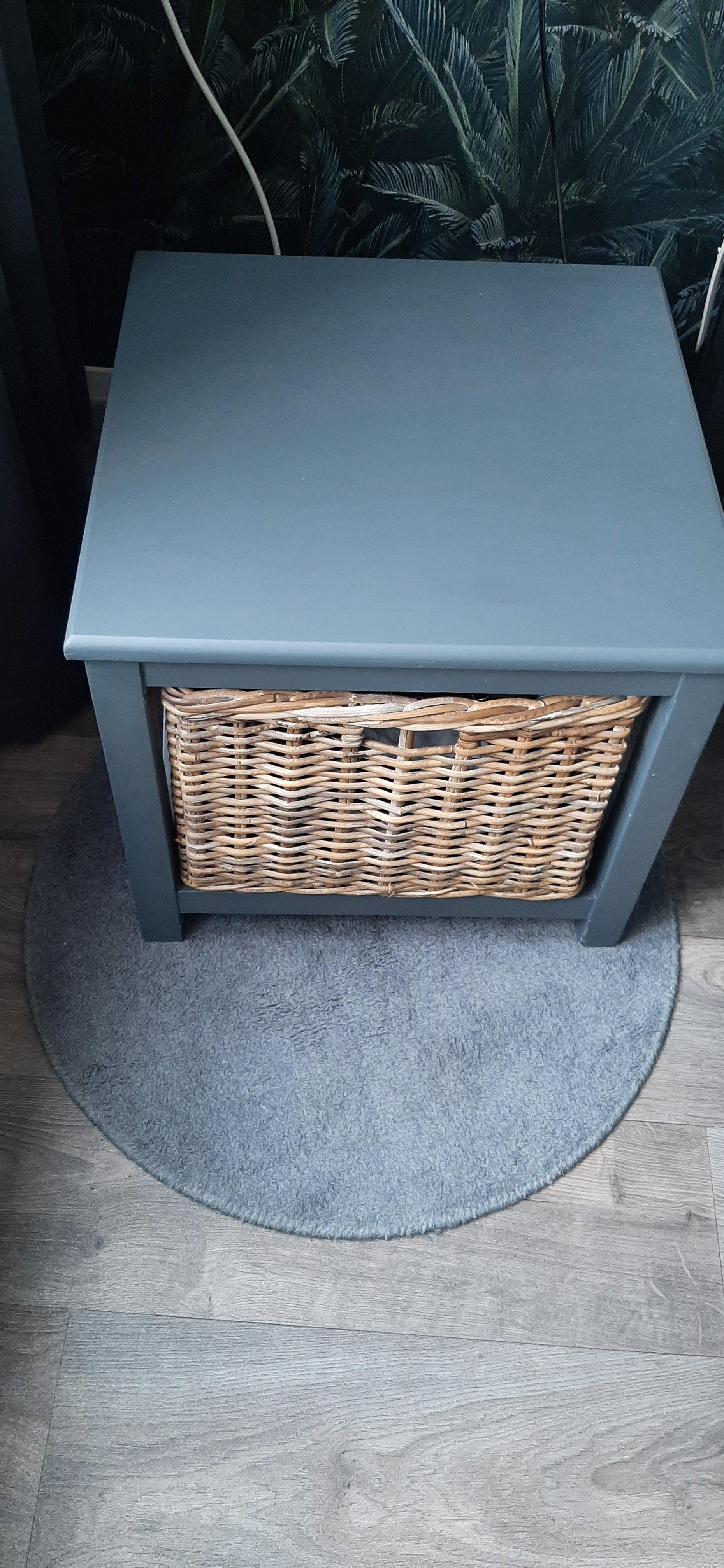 2 grijze (nachtkastje) kastjes met rieten mand